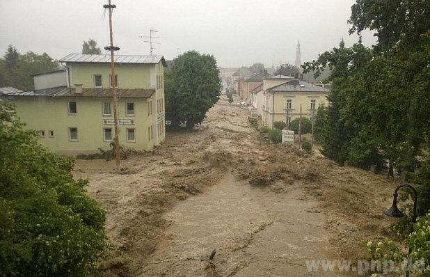 Nachdem der Damm gebrochen war, fegten die angestauten Wassermassen über Simbach am Inn weg. ? Foto: Geiring